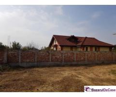 Casa la rosu langa pădurea Pasarea